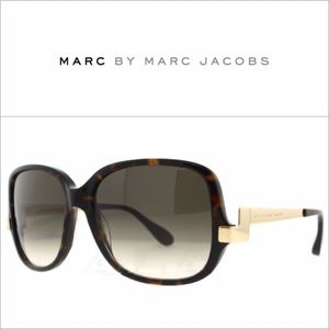 London Bound. 📍| Marc Jacobs Oversized sunglasses